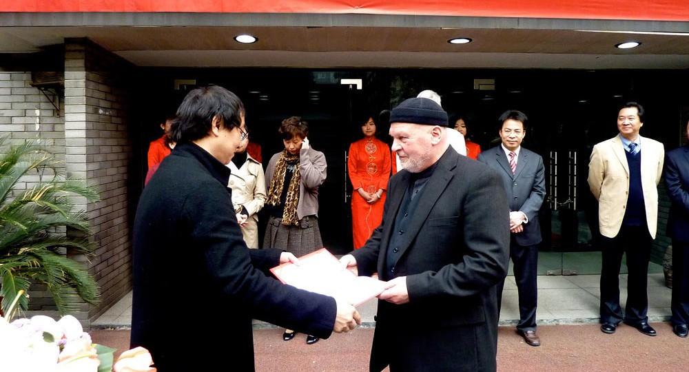 Prof. Zhou Xiaoou, Dekan der Fine Arts School Hangzhou Normal University, überreicht Prof. Kristahn von der Universität der Künste Berlin, die Urkunde zum Prof.hc an der Normal University im April 2011